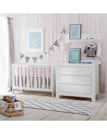 Lit bébé Moon avec la commode dans une chambre